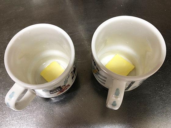 バターを入れたコップ2つ