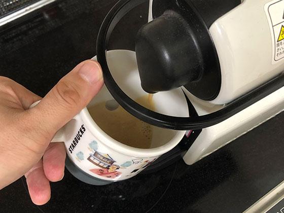 コーヒーを淹れているところ