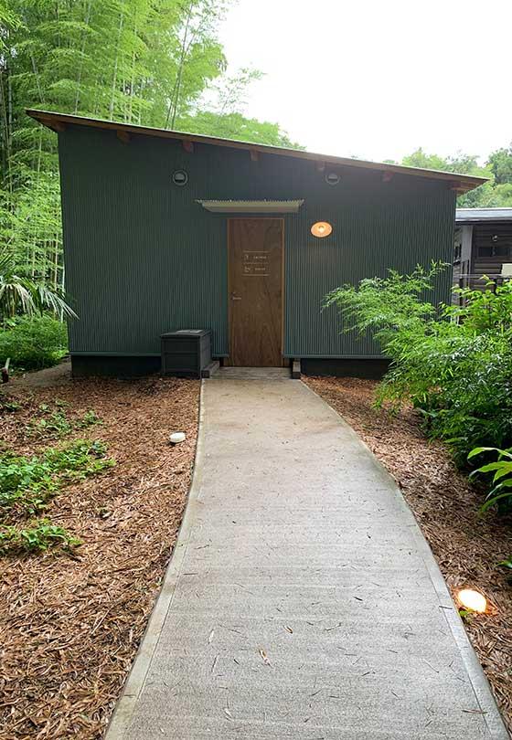 竹やぶの中の小屋